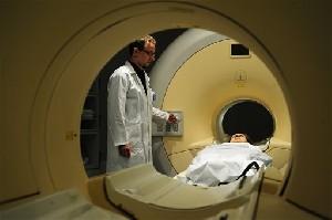 В больнице РАМБАМ пациента с болезнью Паркинсона избавили от тремора