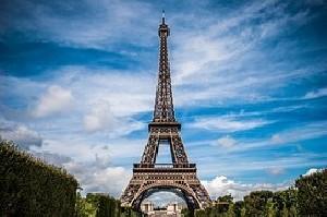 Эйфелева башня погрузилась в темноту в знак солидарности с Лондоном