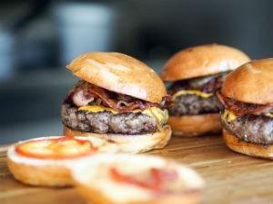 Дети, которых кормят в ресторанах, чаще имеют ожирение и проблемы с сердцем