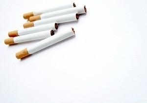 Каждая 15-я женщина продолжает курить во время беременности