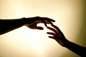 Держание за руки может облегчить боль